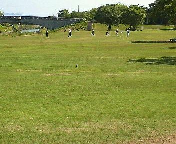 パークゴルフに興じる人たち