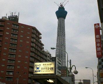 本所吾妻橋駅出口より見た建設中のスカイツリー