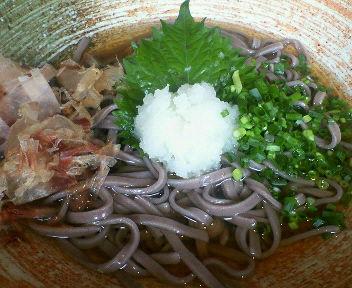 金沢駅で食べても越前そばとは・・・?