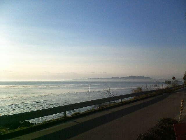 氷見海岸からみた朝もやに煙る対岸