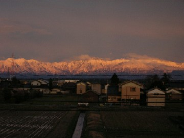 夕焼けに染まる立山連峰・・・感動せずにいられません。