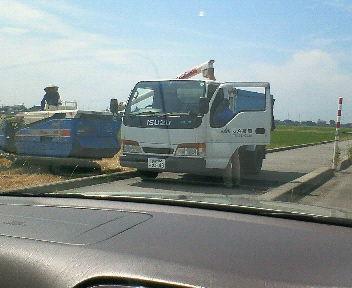 刈り取った麦をトラックへ移している作業