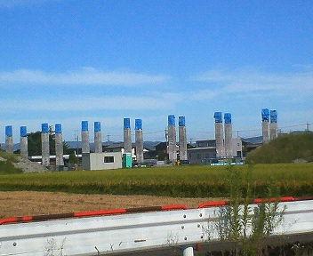 青い帽子を被ったコンクリート柱に変身
