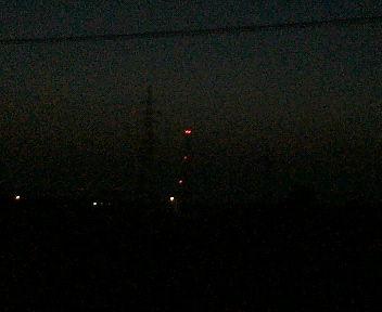 鉄塔の先のランプの赤い光は赤く撮れたし、ズームもできた・・・。