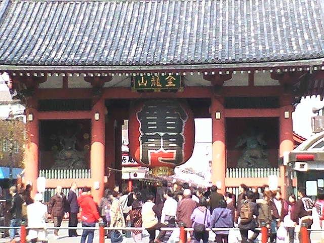 この有名な門のすぐ右横に交番があるのです。