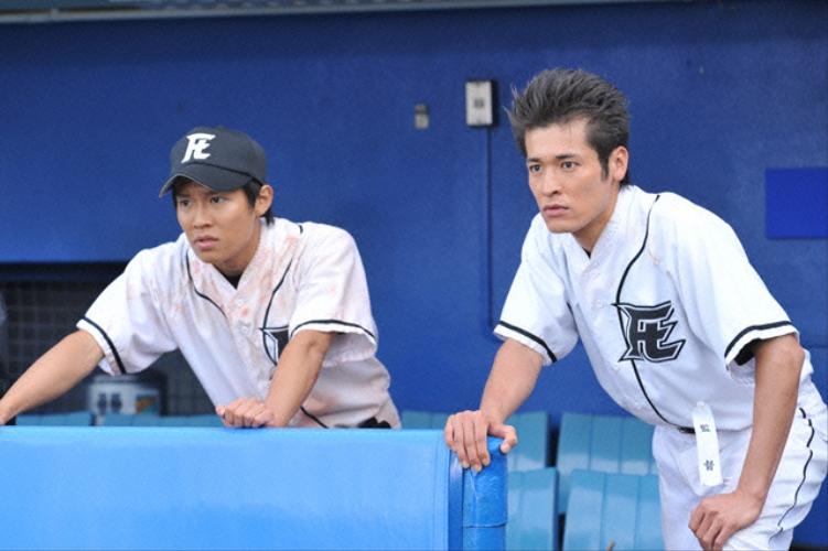 ベンチで見守るかっこいい佐藤隆太