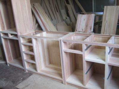 木の家具製作中