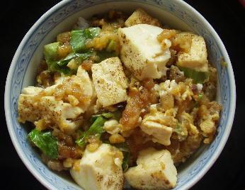焼き豆腐と揚げ玉丼