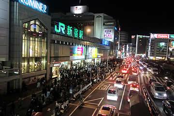 平成23(2011)年東北地方太平洋沖地震(20110311新宿駅南口20時30分)