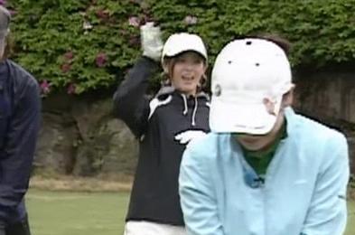 あやや 伊藤ちゃんにワレメ攻撃w 07.07.25. あややゴルフ2