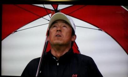 日本シニアオープンゴルフ2011天を仰ぎ見る芹澤信雄プロ