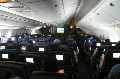 アメリカン航空の国際線エコノミーで、ビールやワ …