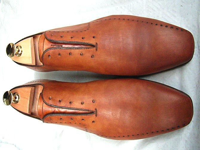 まずは古い靴墨を落として ...