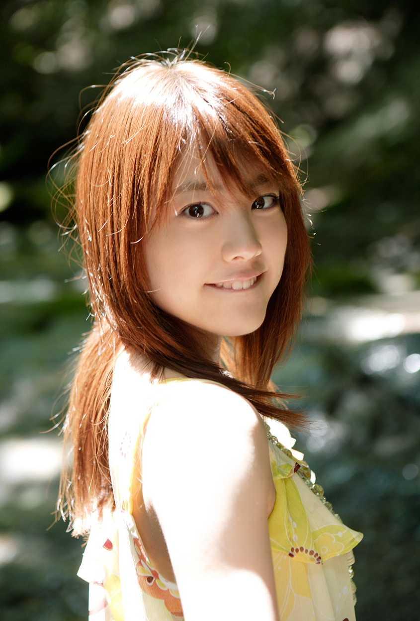 笑顔で振り向く福田沙紀