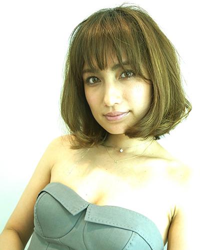 グレーのチューブトップのワンピースを着ているアッシュカラーの佐田真由美の画像