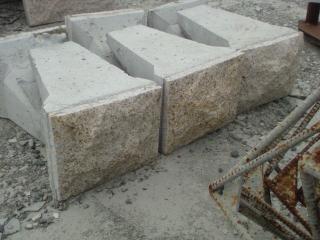 雑割ブロック まだ布積、対応なので、半ブロックだけです。 白御影も良いですよ。    間知石と激