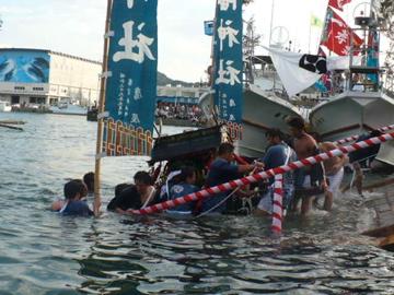 勝浦八幡神社・例大祭:神輿のみそぎ
