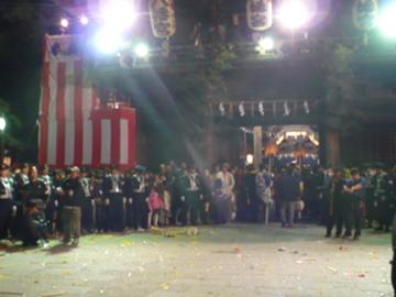 魚吹八幡神社楼門前