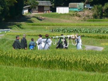 芋競べ祭り:野神山へ