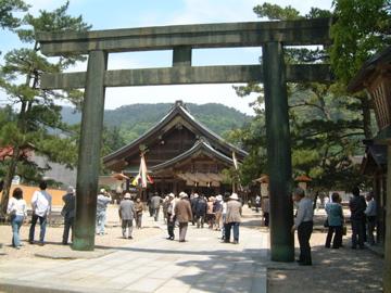 出雲大社:銅の鳥居と拝殿