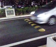 エアポートウォーク名古屋の減速用路面コブ