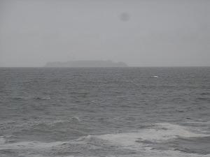 荒れた海と初島