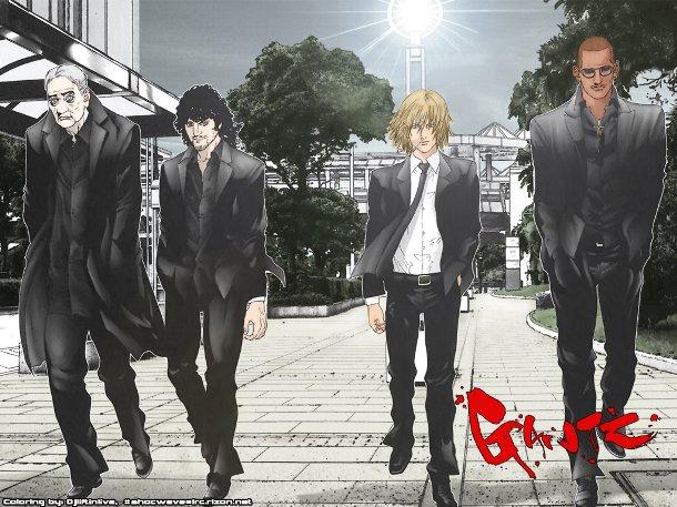 謎の黒服男たち。