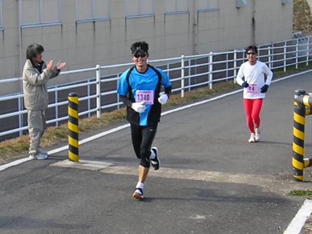 ゴールは笑顔で!(木津川マラソン、ゴール手前の195m)