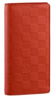 収納性に優れ、実用的な財布「ポルトフォイユ・ブラザ」。 フランス人探検家ピエール・ブラザにちなんで名付けられました。 クレジットカード12枚、紙幣、名刺、