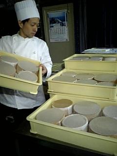 大阪・ヨーグルト・ケーキのスポンジ焼いてます