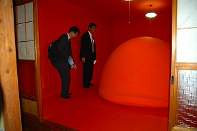 s-渡辺豊重「オレンジ」と人.jpg