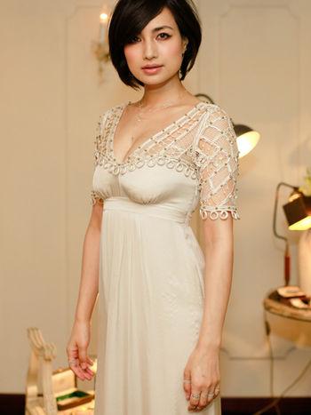 白いレースのワンピースを着ているショートボブの佐田真由美の画像