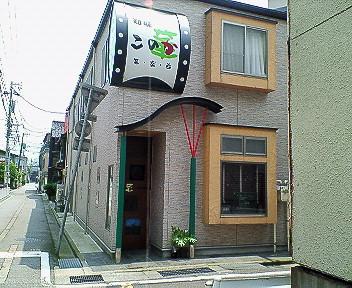 かわいいお店ですが、なぜか二重扉でちょっと緊張。