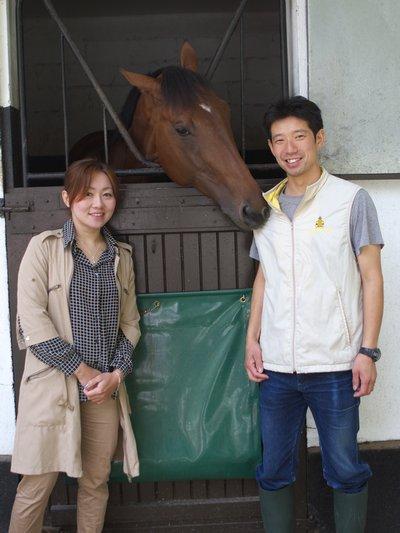 小林厩舎 フランスの小林智調教師と管理馬のアドマイヤジョーカー 気に入られちゃっ...  山本茜