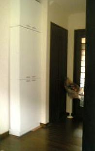 玄関ホール突っ張り戸棚