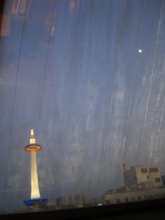 京都タワーと月.JPG