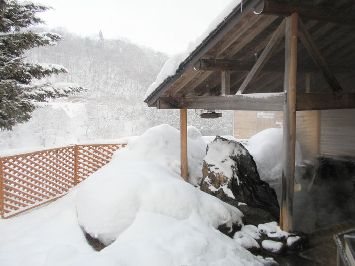雪の男性露天
