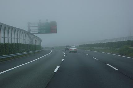 霧の為50km/h制限中