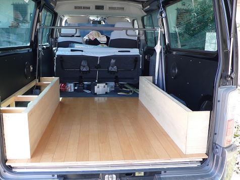 サイドボックスとフローリング床