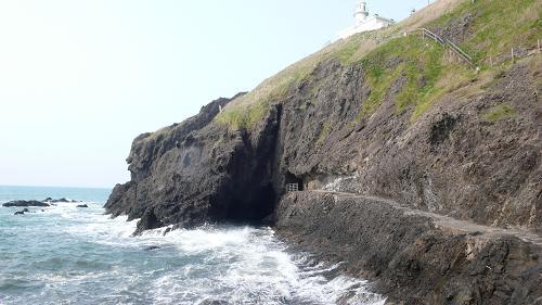 角田岬灯台と判官舟かくし