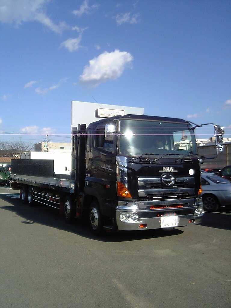 å この大型トラックはD,H,Gさんの積載車です。 このデカイ車ならハマーの... これは大型の