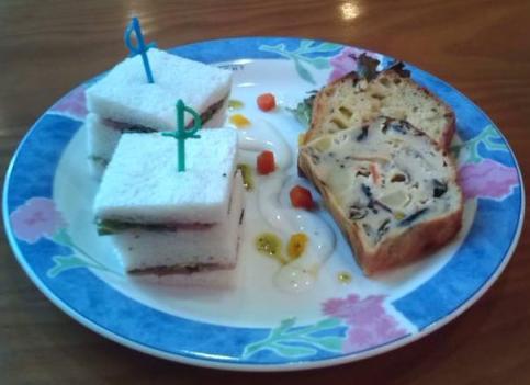 デリスカフェのケークサレ( 塩味ケーク)2種とサンドイッチ