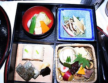 京都の嵐山にて、屋形船で会席弁当を舌包み