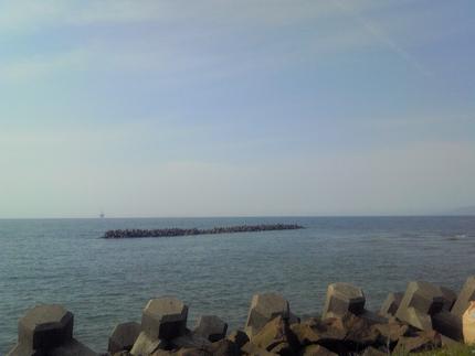 左側の沖合いに小さく見えるのがガス田