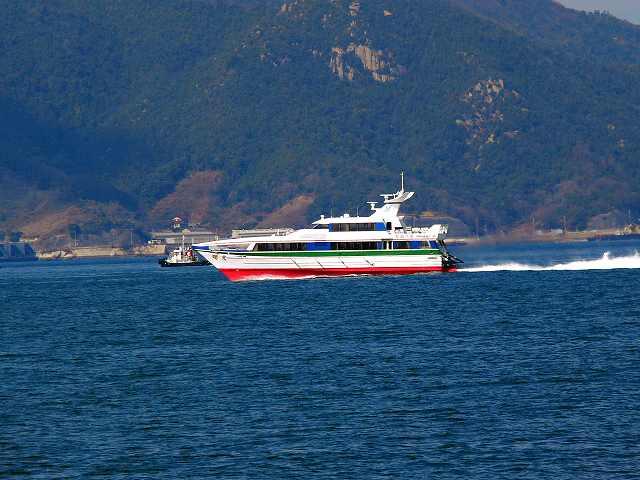 船 ~船...~ 蒼い 海の上を 船は ゆっくりと 走る... 優しい 太...  『嬉しく・楽