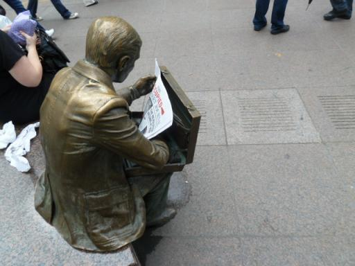 新聞を読む像