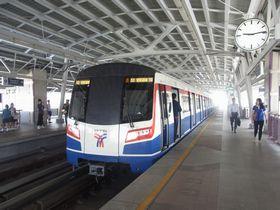 BTSウォンウィエンヤイ駅に停車する新型車両