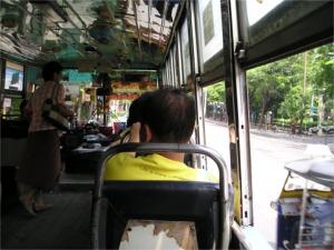 ソムデット・チャオプラヤー通りを走る57番バスの車内