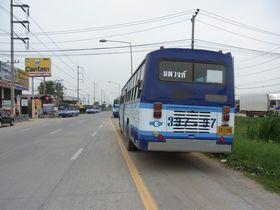 ノッパウォン交差点に停車中のバス