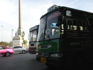 17番のミニバスと戦勝記念塔